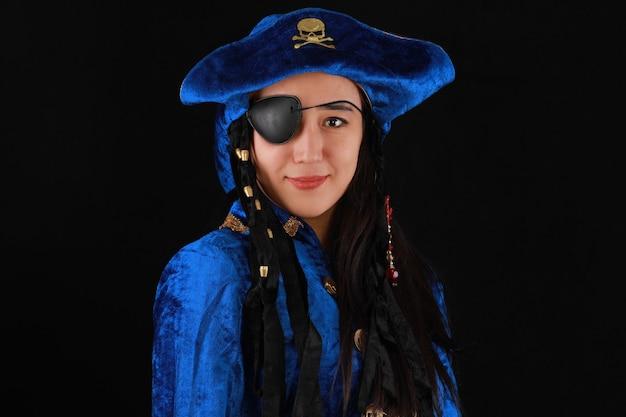 黒の背景に美しい少女海賊の肖像画