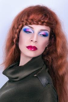 Портрет красивой девушки с рыжими волосами.