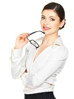 Портрет красивой счастливой улыбающейся женщины в очках в руках, изолированные на белом фоне