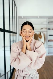실내 목욕 가운에 아름 다운 건강 한 여자의 초상화
