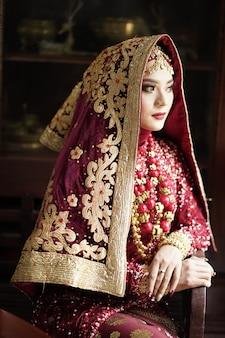 금색과 빨간색 드레스에 아름다운 인도 신부의 초상화