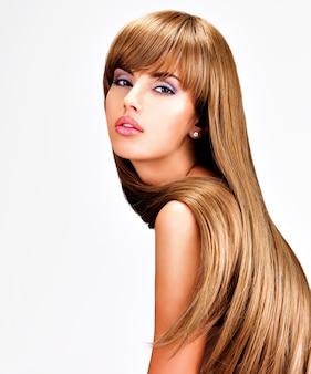 長いストレートの茶色の髪を持つ美しいインドの女性の肖像画。
