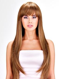 Портрет красивой индийской женщины с длинными прямыми каштановыми волосами.