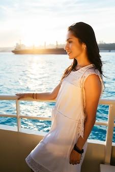 일몰과 웃음, 페리 보트 여행, 고급 이스탄불 여행에 요트에 아름다운 라틴 여자의 초상화
