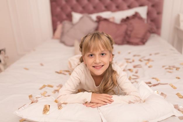 Портрет красивой маленькой девочки, наслаждающейся рождественскими каникулами.