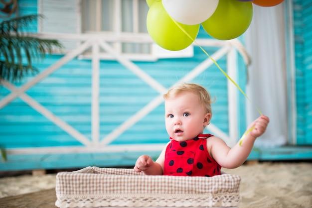 빨간 드레스에 아름 다운 작은 소녀의 초상화