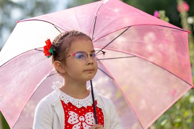 Портрет красивой маленькой девочки с зонтиком