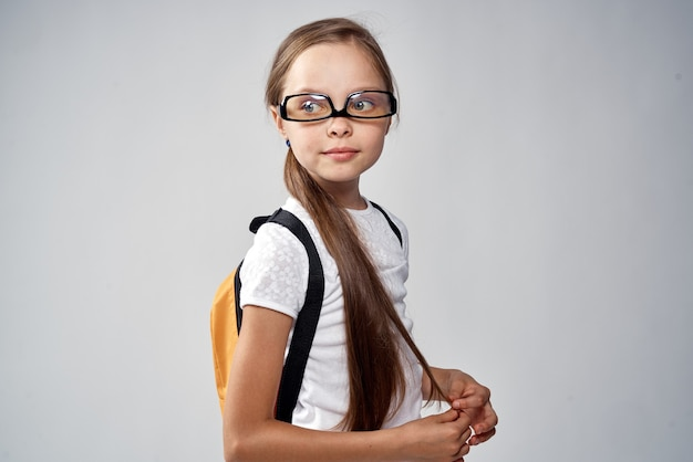 Портрет красивой маленькой школьницы в белой рубашке