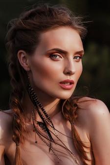美しいモデルの肖像画。夏。アマゾン