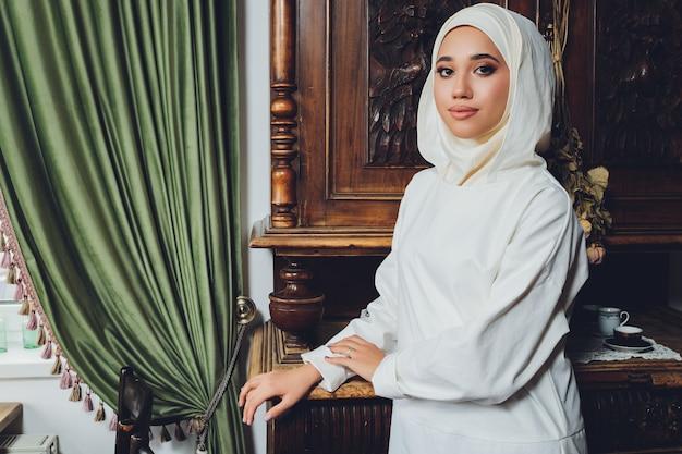 전통적인 이슬람 의류에 아름다운 이슬람 여성의 초상화와 그들의 머리를 덮고