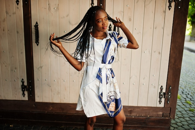 ドレスを着たアフロの髪を持つ美しい自然の若いアフリカの女性の肖像画。