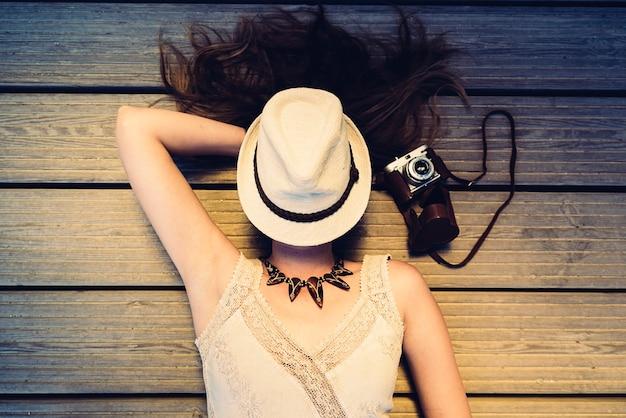 그녀의 카메라와 함께 아름 다운 사진 여자의 초상화.