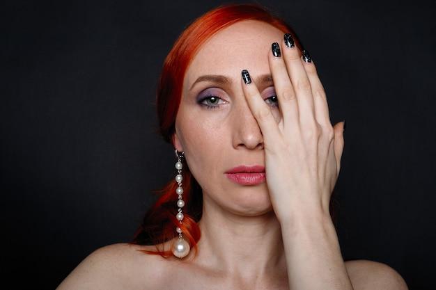 豪華なアクセサリーを持つ美しい赤毛の少女の肖像画