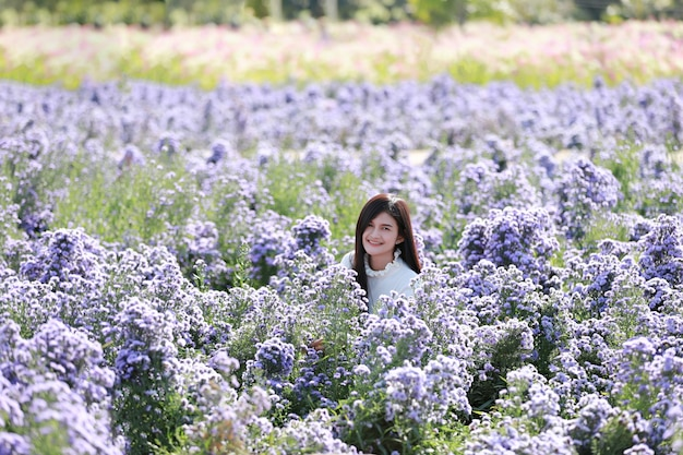 Портрет красивой романтической женщины в сказочном поле маргарет, девочка-подросток в саду цветов.