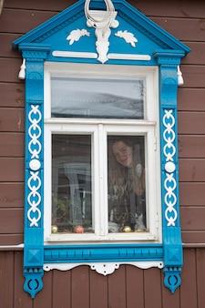 Портрет красивой русской девушки в кокошнике и традиционной одежде