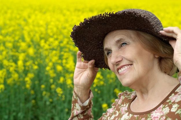 フィールドで美しい年配の女性の肖像画