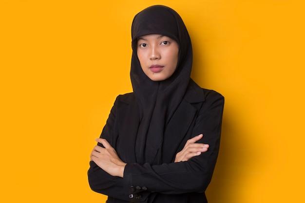 Портрет красивой серьезной молодой мусульманской женщины в черном хиджабе