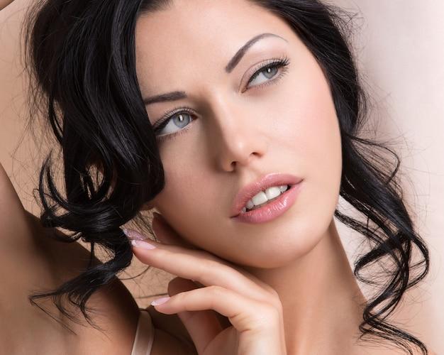 창의적인 헤어 스타일을 가진 아름 다운 섹시 한 부드러운 여자의 초상화. 모델 포즈
