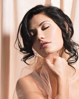 Портрет красивой сексуальной нежной женщины с творческой прической.