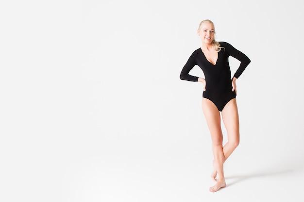 검은 bodysuit에서 아름다운 슬림 모델의 초상화