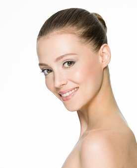 きれいな肌と美しい笑顔の女性の肖像画