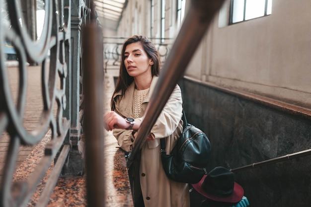 역에서 계단에 아름다운 관광객의 초상화
