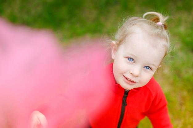 나비 그물을 가진 아름 다운 하얀 여자 아기의 초상화.