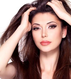 Портрет красивой белой красивой женщины с длинными прямыми волосами