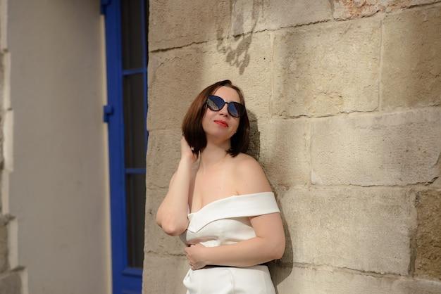 Портрет крупным планом красивой женщины на фоне старого города.