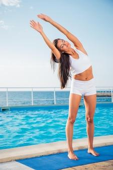 朝の屋外でストレッチ体操をしている美しい女性の肖像画