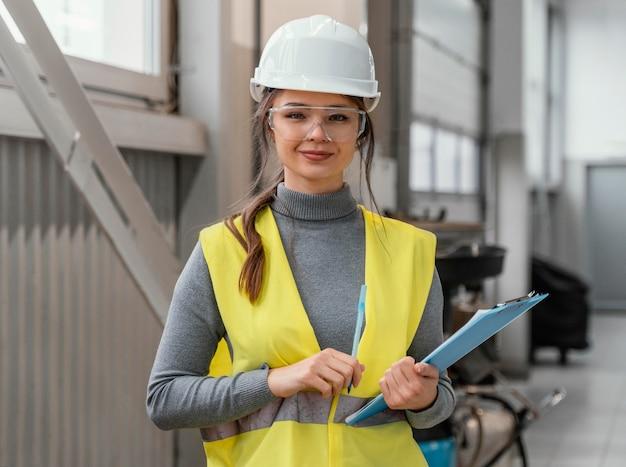Портрет красивой женщины-инженера