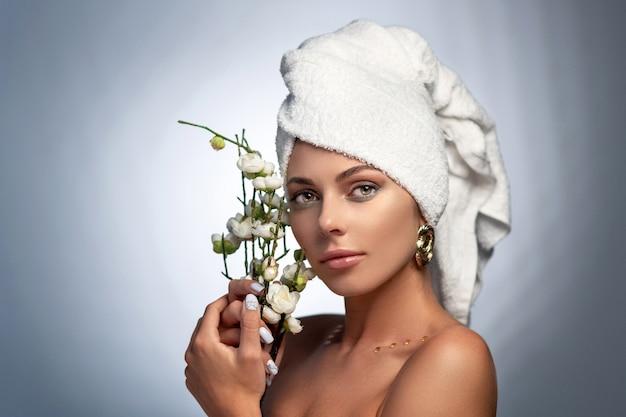 白い花を持つ美しい女性の肖像画