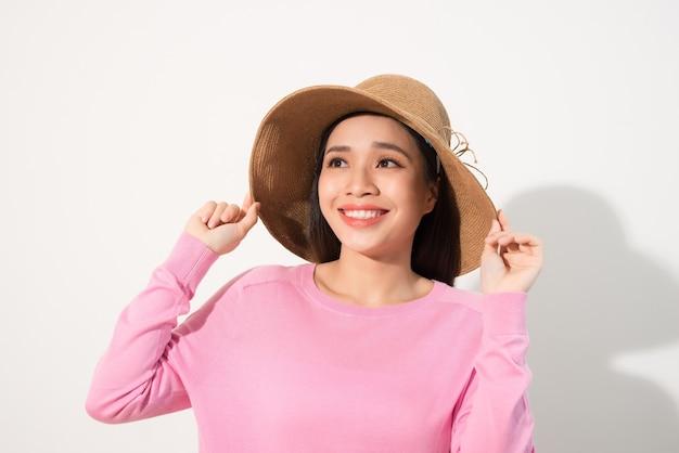 밀 짚 모자에 아름 다운 여자의 초상화. 웃는 소녀. 여름 시간