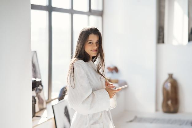 室内でバスローブを着た美しい女性の肖像画