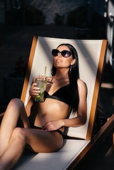 Портрет красивой женщины в бикини на пляже