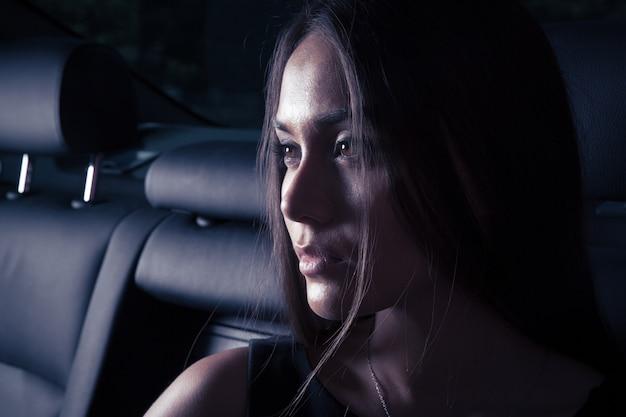 차에서 아름 다운 여자의 초상화