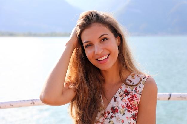 호수에 꽃 드레스에서 아름 다운 여자의 초상화