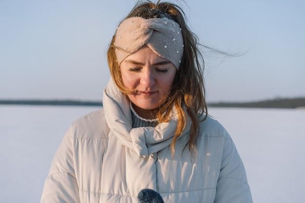 겨울에 아름 다운 여자의 초상화