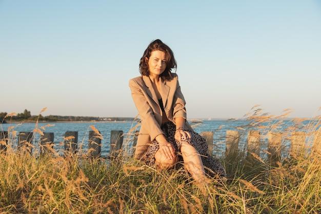 晴れた秋の日のフィールドで美しい女性の肖像画