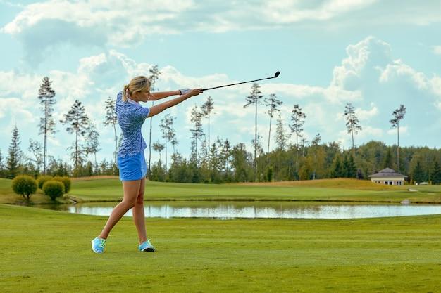 그린 필드 야외에서 골프를하는 아름 다운 여자의 초상화. 골프의 개념, 우수성, 개인 우수성, 왕실 스포츠 추구.