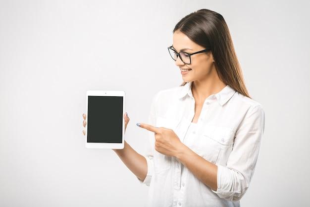 タブレットコンピュータを使用して美しい女性の肖像画