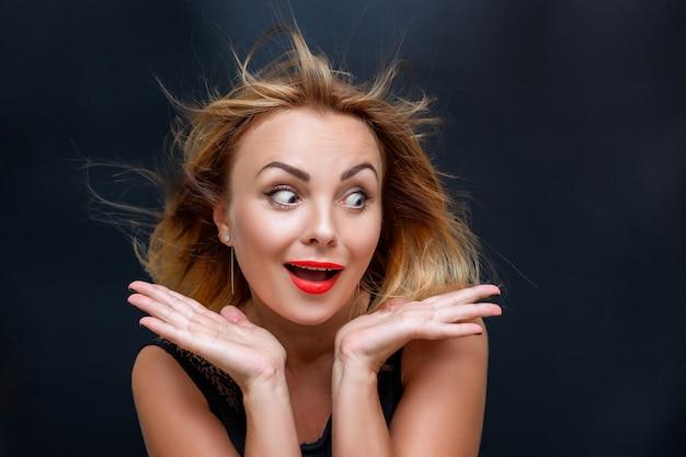 놀람의 표정으로 아름 다운 여자의 초상화