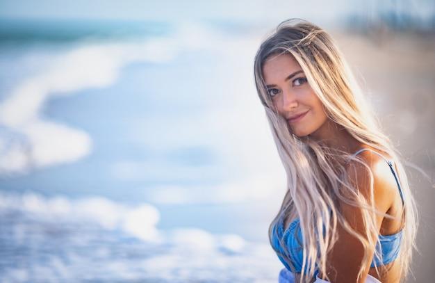 파란색 수영복과 흰색 셔츠에 금발 머리를 가진 아름 다운 여자의 초상화