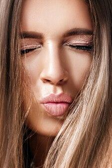 目を閉じて美しい女性の肖像画は、エアキスを送信します