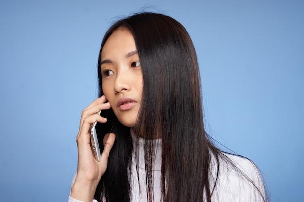 Портрет красивой женщины с темными волосами азиатский кофе появления специй голубой.