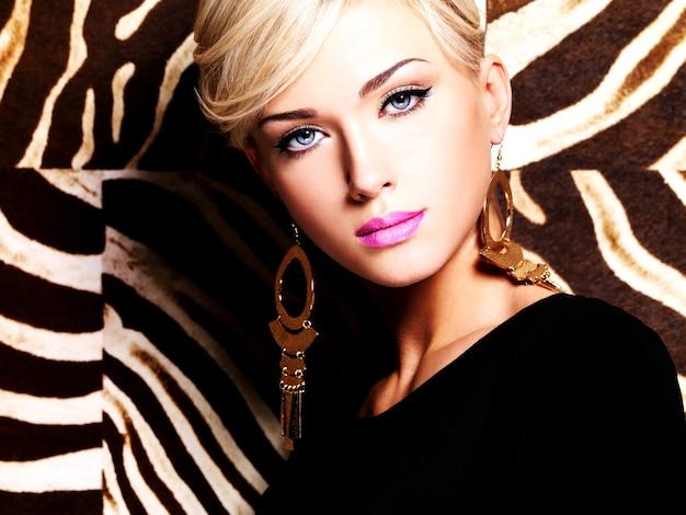 顔と長い白い髪にファッションメイクで美しい女性の肖像画。