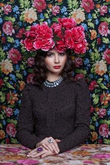 Портрет красивой женщины с цветами в ее волосы.
