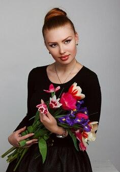 花を持つ美しい女性の肖像画