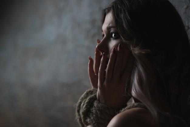 Портрет красивой женщины со связанными руками унижения