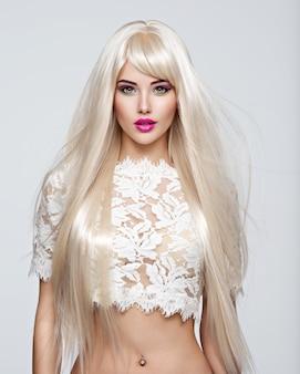 길고 흰 직선 머리카락과 밝은 메이크업으로 아름 다운 여자의 초상화. 핑크 립스틱과 패션 모델의 얼굴. 예쁜 여자 포즈입니다.